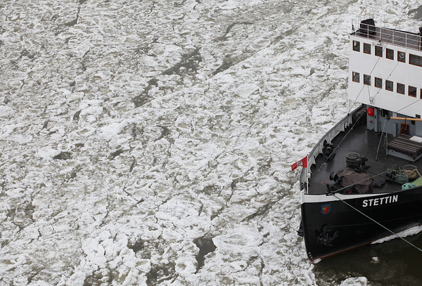 Eisgang auf der Elbe mit Stettin Eisbrecher bei Hamburg