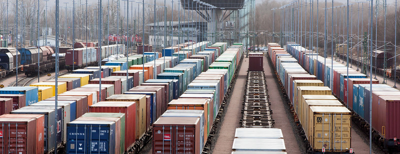 Gleise der Hafenbahn Hamburg mit Container auf Containerwaggons