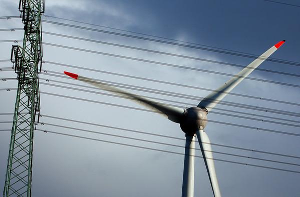 Windturbine Windkraftanlage mit Stromleitung