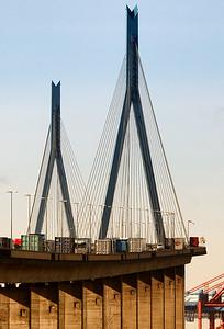 Köhlbrandbrücke mit Lkw im Hamburger Hafen