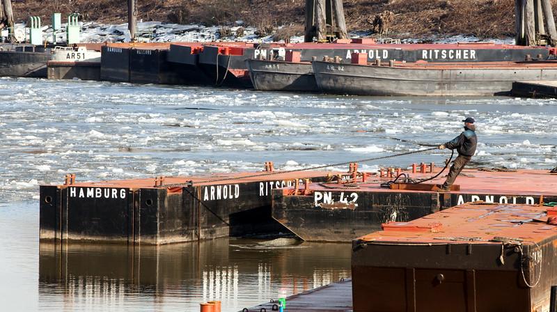 Pontons mit Hafenarbeiter im Hamburger Hafen mit Eis auf der Elbe