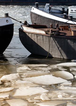 Schuten miteinander verbunden mit Eisschollen im Hamburger Hafen
