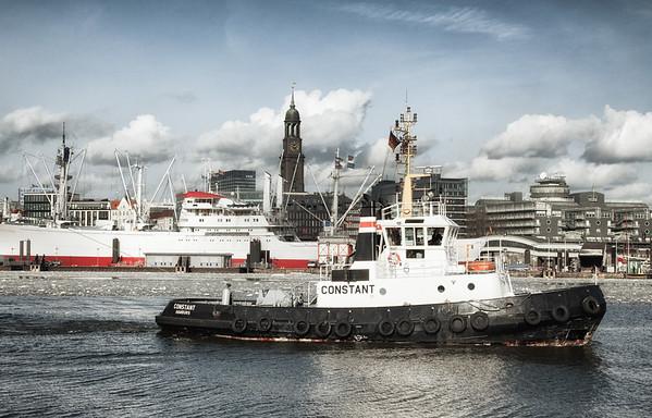 Schlepper Constant vor Cap San Diego mit Eis auf der Elbe Hamburg
