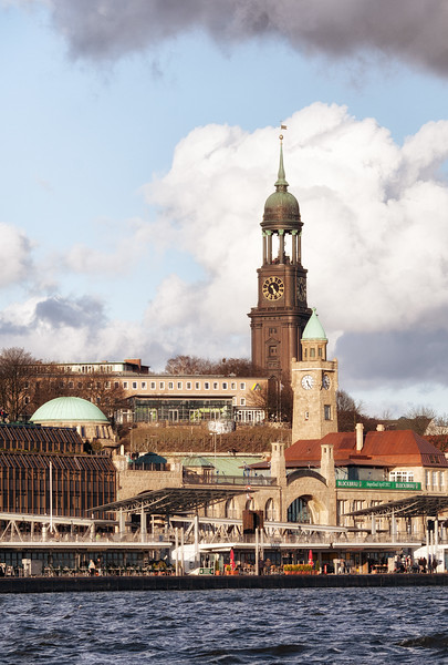 Michel und Uhrturm Landungsbrücken im Sonnenschein Hamburg