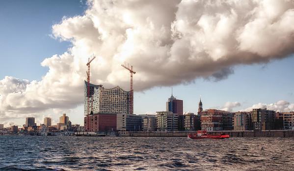Baustelle Elbephilharmonie und Feuerlöschboot und HafenCity am Tag Hamburg