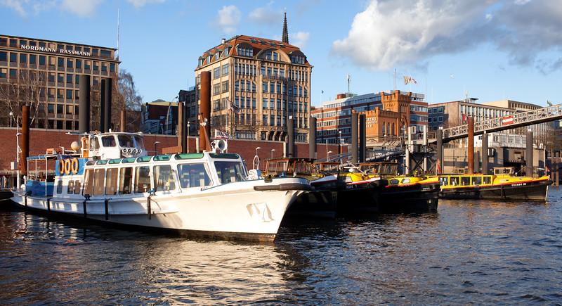 Barkassen im Binnenhafen in Hamburg bei Sonnenschein