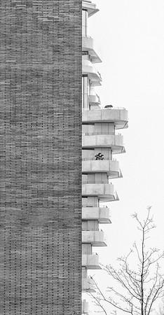 Architektur schwarz-weiß Hauswand mit Balkonen des Marco Polo Turms in der HafenCity Hamburg