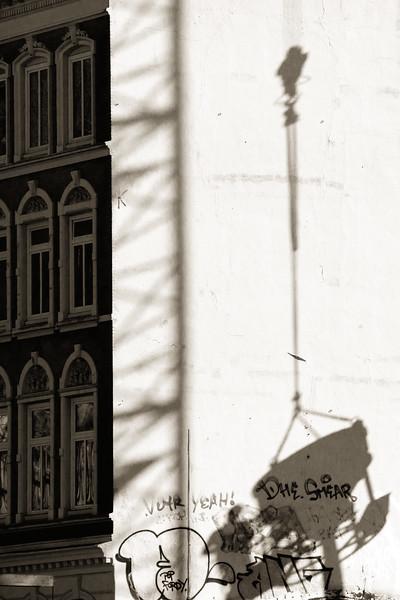 Hausfassade mit Schatten eines  Beton Behälters am Kamm in schwarz-weiß