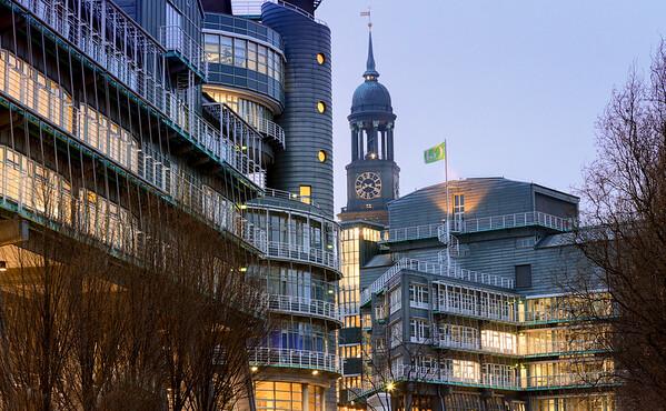 Verlagshaus Gruner und Jahr und Michel Turm am Abend