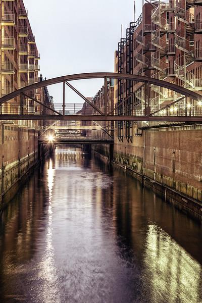 Fleet in der Speicherstadt Hamburg am Abend