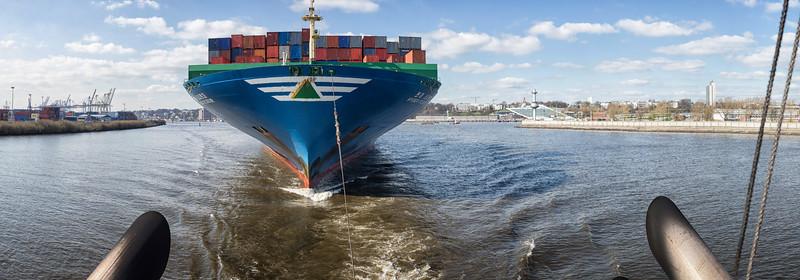Containerschiff im Schlepp der BUGSIER 5 im Köhlbrand am Tag