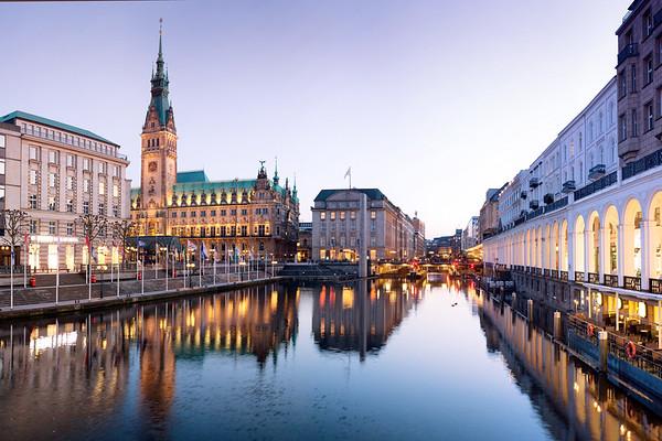 Blick auf die kleine Alster mit Hamburger Rathaus und Alsterarkaden am Abend Hamburg mit Rathausschleuse