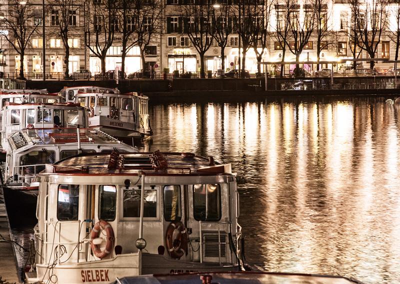Alsterdampfer auf der Binnenalster Hamburg am Jungfernstieg