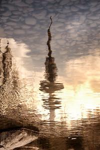 Fernsehturm Heinrich Hertz Turm Hamburg Spiegelung in einem See