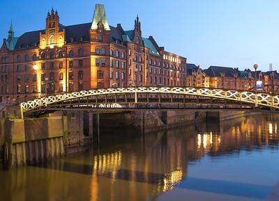 Hamburg Speicherstadt Zollkanal am Abend