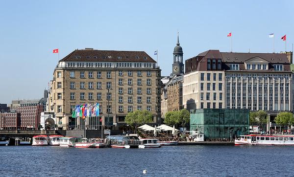 Jungfernstieg Hamburg mit Alsterdampfer Michel