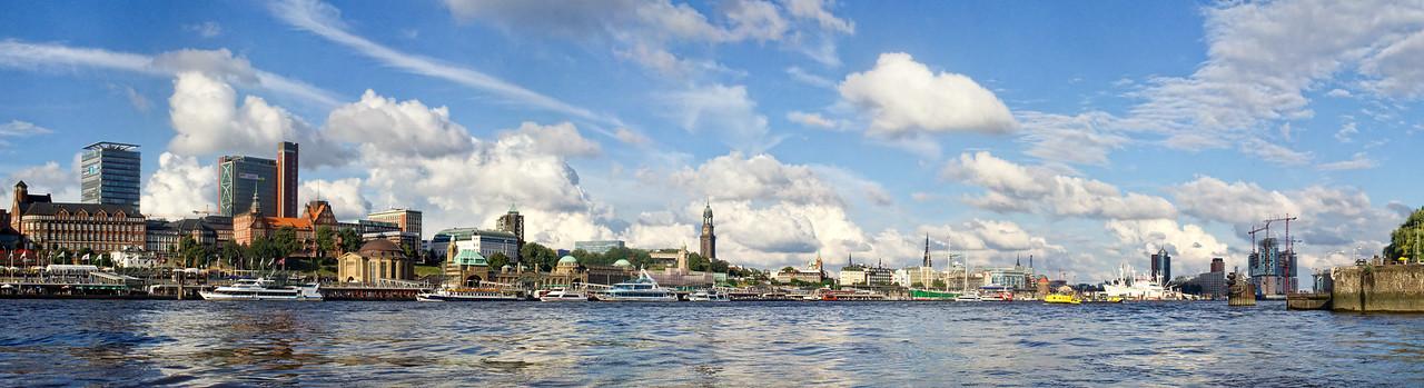 Panorama Hamburg Skyline bei schönem Wetter von der Elbe ausgesehen