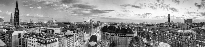 Panorama Hamburg Innenstadt vom Dach Großer Burstah am Abend schwarz-weiß