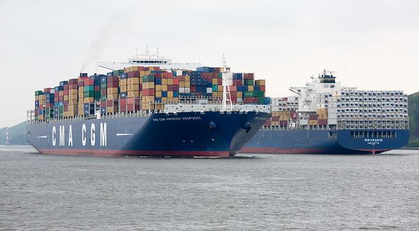Containerschiff auf der Elbe in Hamburg bei der Begegnung mit einem anderen Containerschiff am Tag