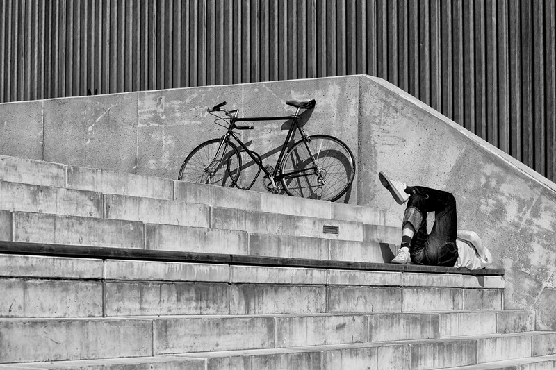 Ein Mann entspannt sich auf den Stufen an der Elbe Hamburg