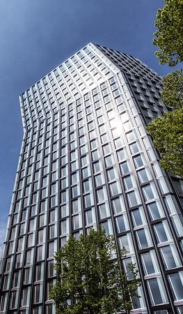 Tanzende Türme Hamburg Fassade bei blauem Himmel und Sonnenschein