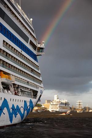 2 Aida Kreuzfahrtschiffe auf der Elbe in Hamburg mit Regenbogen im Sonnenschein
