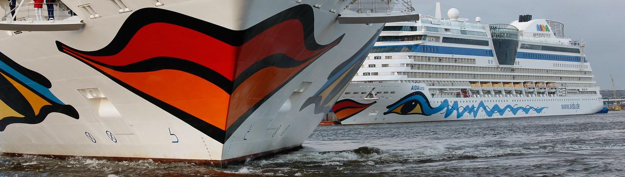 2 Aida Schiffe Kreuzfahrtschiffe in Hamburg auf der Elbe