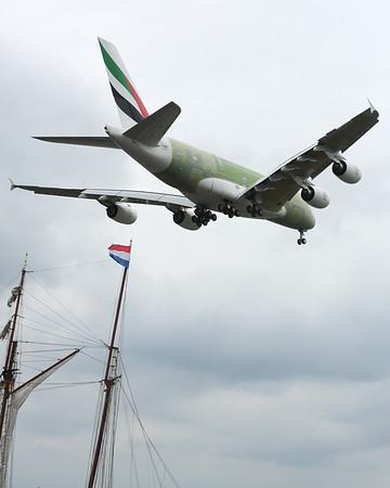 Airbus A380 über der Elbe bei Hamburg