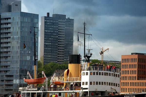Eisbrecher Stettin vor Hamburg Skyline