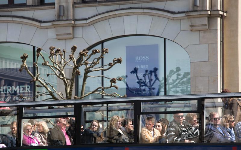 Hamburg Stadtrundfahrt viele Besucher in einem Bus am Rathaus