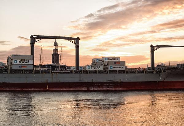 Containerschiff vor der Überseebrücke bei Dämmerung mit Michel