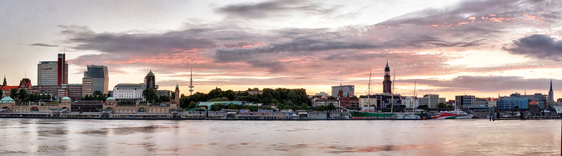 Panorama am frühen Morgen in Hamburg an der Elbe von den Landungsbrücken