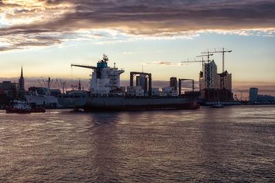 Containerschiff vor der Überseebrücke bei Dämmerung