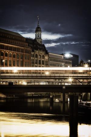 Hamburg Binnenhafen bei Nacht mit Hochbahn und Michel