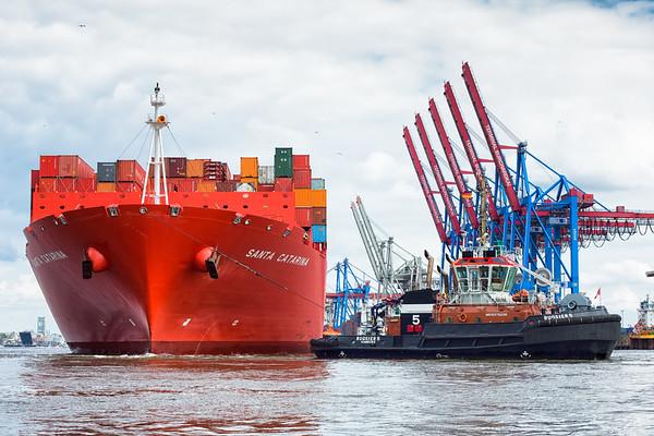 Hamburg Süd schiff Santa Catarina dreht in Hamburg vor dem Parkhafen mit 2 Schleppern BUGSIER 5