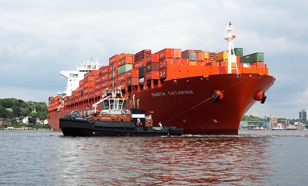 Hamburg Süd schiff Santa Catarina dreht in Hamburg im Parkhafen mit 2 Schleppern BUGSIER 5
