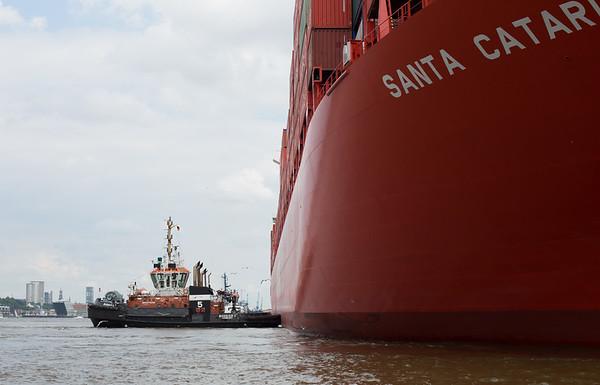 BUGSIER 5 und FairPlay 10 drücken Hamburg Süd Schiff an den Athabaskakai