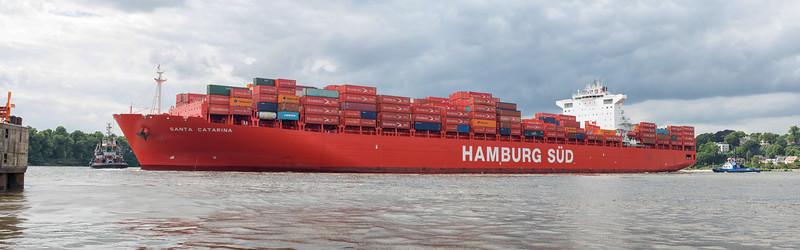 Hamburg Süd schiff Santa Catarina dreht in Hamburg im Parkhafen mit 2 Schleppern BUGSIER 5 und FairPlay 10