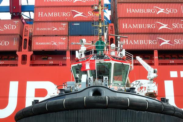 Schlepper Bugsier 5 an einem Containerschiff von Hamburg Süd