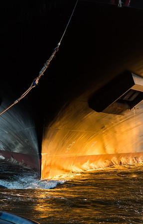 Bug von Containerschiff beim schleppen in Abendsonne