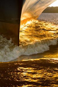 Bugspitze Containerschiff mit Welle in Hamburg auf der Elbe