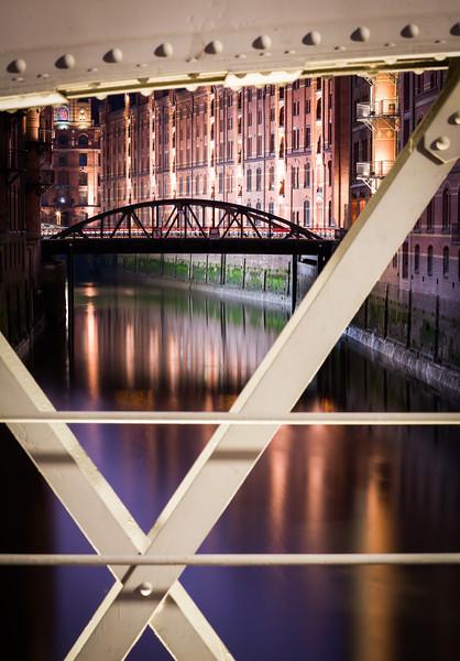 Fleet in der Speicherstadt bei Nacht mit Brücke