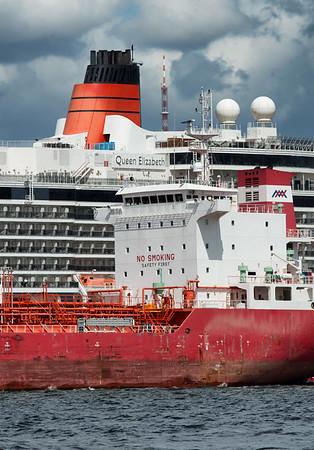 Queen Elisabeth und Tankschiff