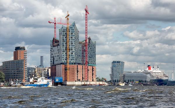 Baustelle Elbephilharmonie mit Queen Mary 2 und Polizei Boot im Sonnenschein