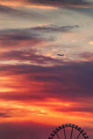 Abendhimmel über Hamburg mit Riesenrad und Flugzeugs