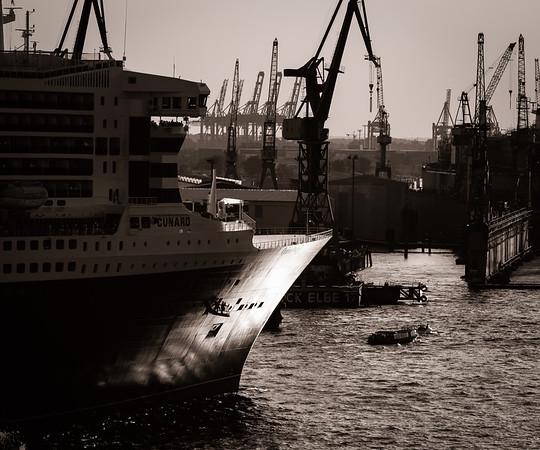 Schiffsbug Queen Mary zwei im Sonnenlicht schwarz-weiß