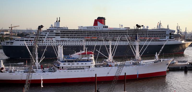 Queen Mary 2 und Cap San Diego nebeneinander in Hamburg auf der Elbe
