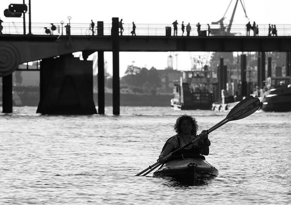 Im Sandtorhafen schwarz-weiß mit Kajak