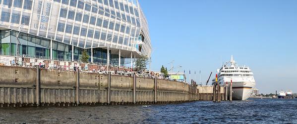 Kreuzfahrtschiff Europa am Liegeplatz in der HafenCity Hamburg an der Elbe mit Unilever Haus bei blauem Himmel