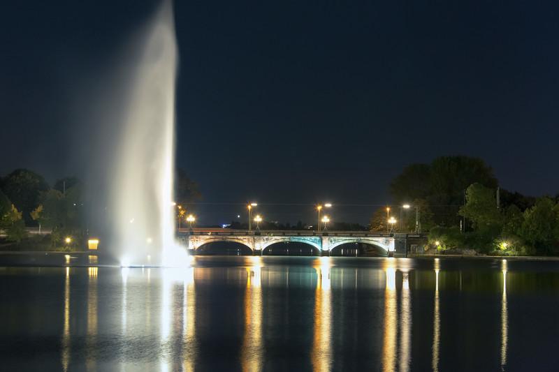 Binnenalster mit Wasserfontäne bei Nacht